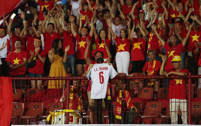 Người hâm mộ giương áo đấu của Xuân Trường trận gặp Indonesia ngày 15/10. Ảnh: Đức Đồng