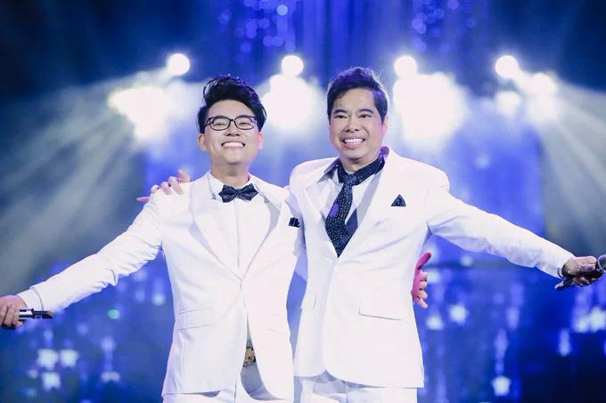 Duy Cường và bố nuôi - ca sĩ Ngọc Sơn - trong liveshow riêng diễn ra ở Hà Nội tháng 9/2018.