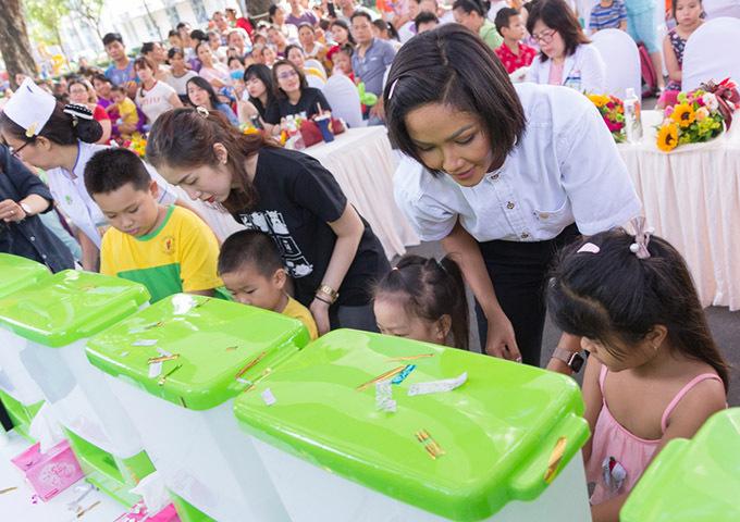 HHen Niê hướng dẫn các bé rửa tay đúng cách.