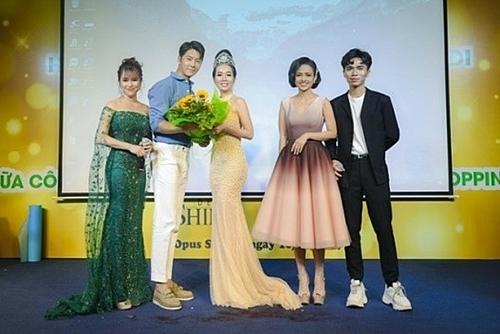 Trước đó, vào ngày 10/10, Hoa hậu Vivian Trần cũng đón tiếp diễn viên Park Yohan tại lễ ra mắt Học viện Sắc đẹp Hàn Quốc H2MEDI tại TP HCM.