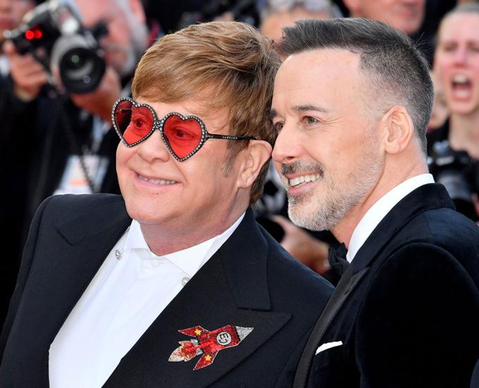 Elton bên bạn đời đồng giới David Furnish. Ảnh: Shutterstock.