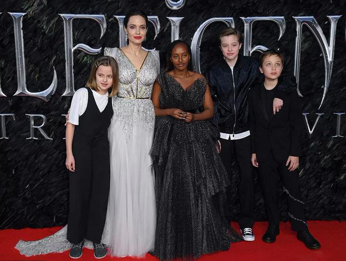 Sau 5 năm, Vivienne (ngoài cùng bên trái) đã lớn phổng phao. Cô bé rạng rỡ tham dự lễ ra mắt phim Maleficent 2 cùng mẹ và các anh chị vào tuần trước.