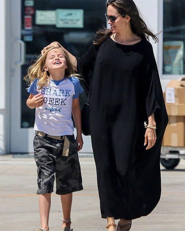 Vivienne mặc quần rằn ri, áo phông, dạo phố cùng mẹ.
