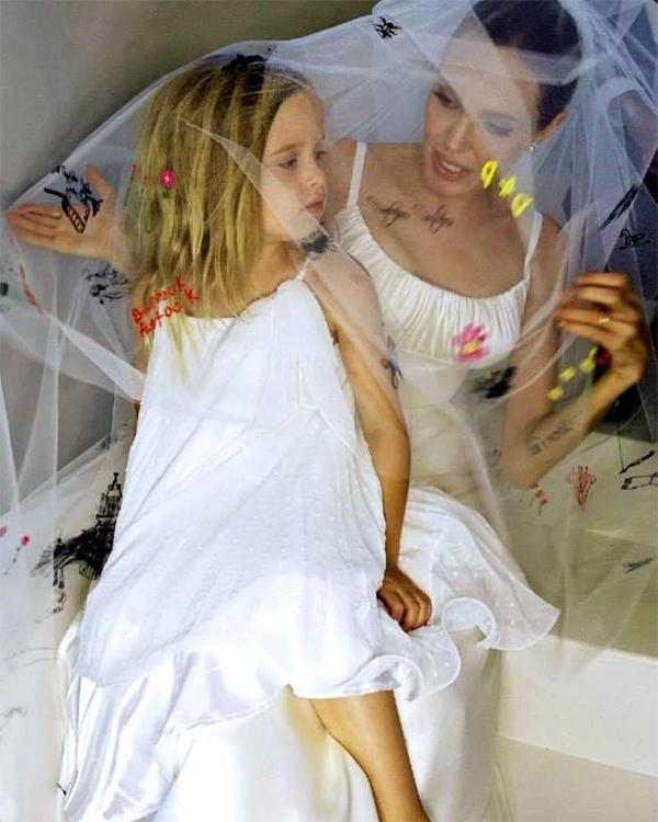 Vài tháng sau lễ ra mắt phim, Vivienne làm thiên thần rắc hoa trong lễ cưới của bố mẹ tại điền trang ở Pháp, tháng 8/2014. Là con gái út bé bỏng, Vivienne được bố mẹ cưng chiều nhất nhà. Cô bé có tên đệm giữa là Marcheline theo tên mẹ của Jolie.