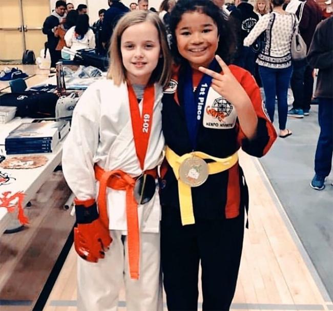 Cô bé được mẹ cho đi học võ karate để rèn luyện sức khỏe và sự mạnh mẽ.