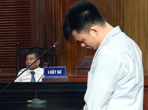 Bị cáo Hiếu luôn cúi đầu trong suốt phiên xử. Ảnh: Bình Nguyên.