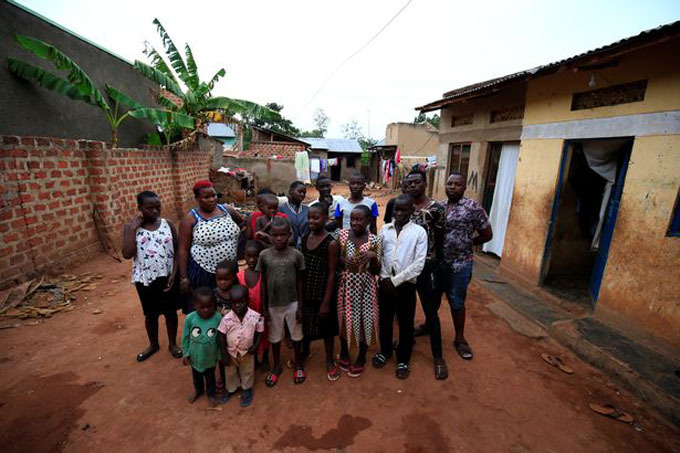 Mariam và các con đang sống trong những ngôi nhà bé nhỏ, chật hẹp. Ảnh: Reuters.