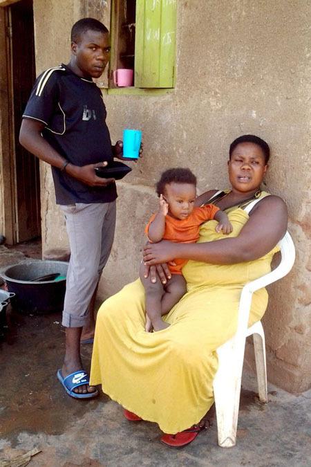 Các con của Mariam luôn đỡ đần mẹ việc nhà. Ảnh: Alamy.