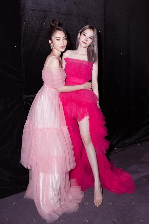 Hoa khôi Nam Em và chị gái song sinh Nam Anh dự sự kiện.