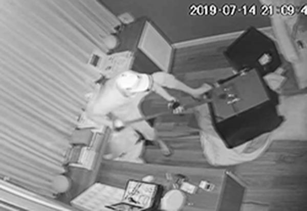 Camera ghi hình tên trộm. Ảnh: Cắt từ clip.