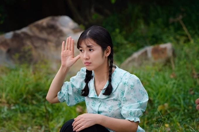 Oanh Kiều đóng vai Phượng - con gái của Thị Bình (Nhật Kim Anh) trong Tiếng sét trong mưa.