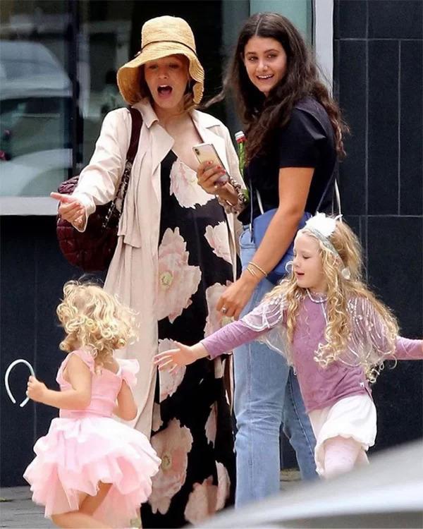 Blake Lively (trái) bên hai con gái ở New York ngày 5/8.