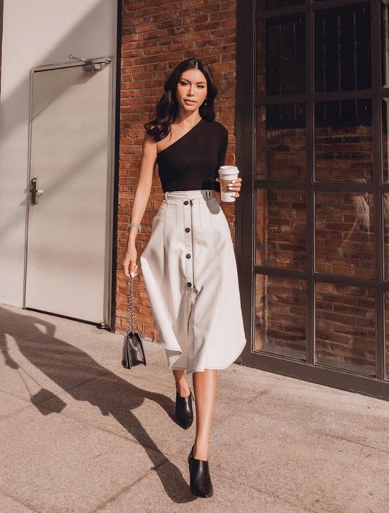 Minh Tú chọn áo lệch vai, chân váy midi để phối đồ trắng đen khi xuống phố cafe.