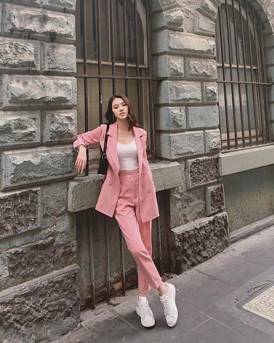 Suit và vest vẫn là trang phục được ưa chuộng ở mùa thu năm nay. Chính vì thế, chị em văn phòng có thể tham khảo cách lên đồ của Jolie Nguyễn để giúp mình sành điệu hơn.