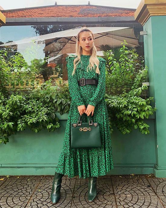 Quỳnh Anh Shyn thể hiện đúng tinh thần mix đồ matchy-matchy bằng cách diện nguyên cây xanh lá từ váy họa tiết da báo, túi xách tay và bốt cao cổ.