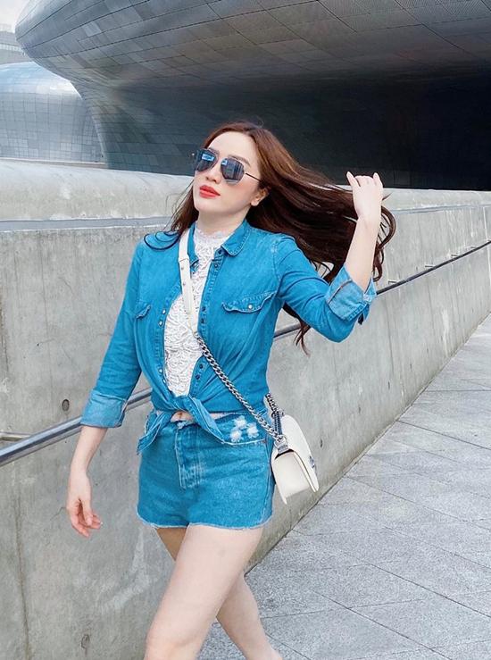 Khi đi shopping, cafe cùng bạn bè, các chị em có thể phối áo sơ mi denim, quần short jeans và áo ren trắng như Bảo Thy.