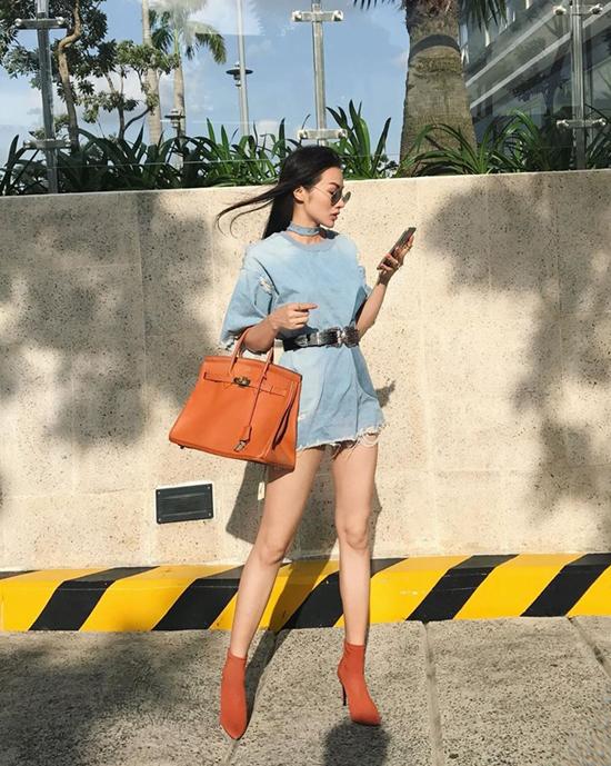 Bên cạnh cách phối áo quần đồng màu, phong cách mix phụ kiện ton-sur- ton cũng được Trương Nhi và sao Việt yêu thích.