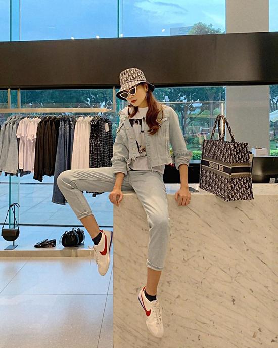 Trang phục jeans màu bạc giúp Thanh Hăng trẻ trung hơn tuổi.