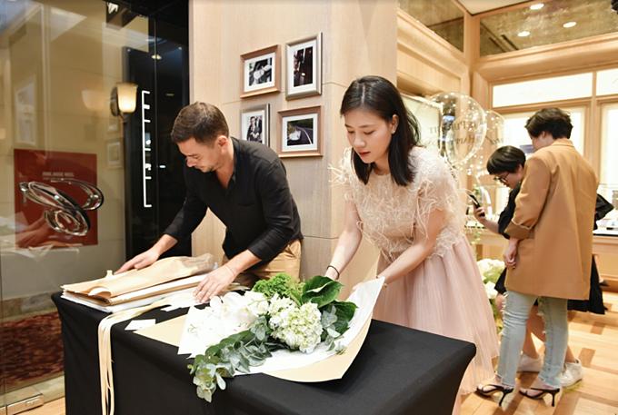 Chia sẻ nghệ thuật cắm hoa cùng nghệ nhân Glenn Arvor (áo đen).