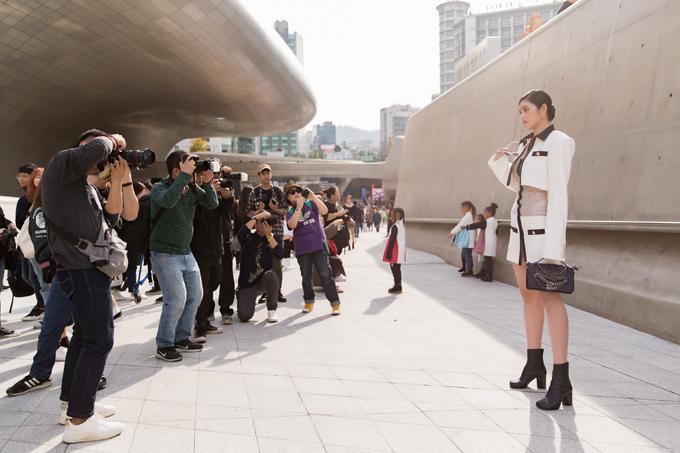 Huỳnh Tiên gây được sự chú ý của phóng viên ảnh khi góp mặt trong ngày thứ 2 của Seoul Fashion Week đang được tổ chức tại Seoul, Hàn Quốc