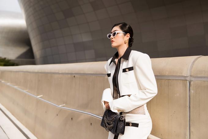 Người đẹp diện trang phục trắng đen theo phong cách hiện đại.Cô mix túi Chanel và phụ kiện ánh kim trên tóc cho đến hoa tai để giúp mình thu hút hơn.