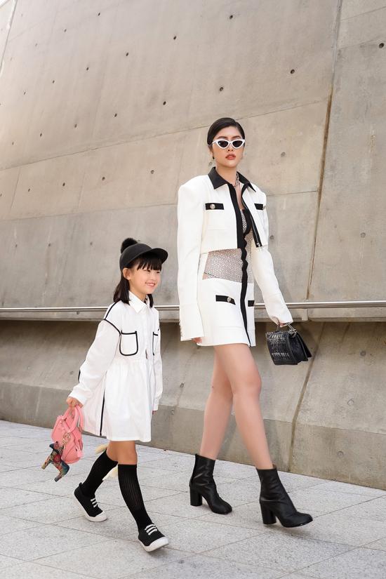 Huỳnh Tiên chụp ảnh cùng fashionista nhí khi bắt gặp sự tương đồng về cách phối đồ trắng đen.