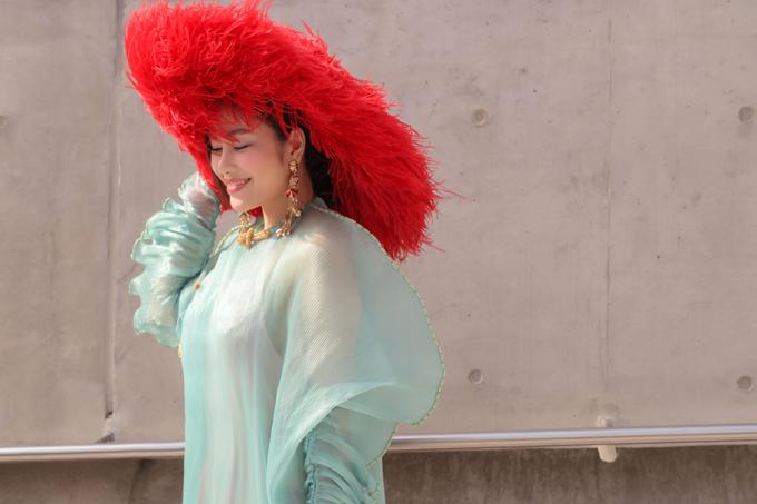 Tuyết Nga chọn thêm nón trang trí lông vũ đẻ chưng diện khi xuất hiện trong khu chụp ảnh street style tại Seoul Fashion Week 2020.