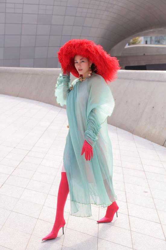 Hoa hậu Áo dài Tuyết Nga chơi trội với bộ áo dài xuyên thấu được mix với áo yếm theo cách cực kỳ ấn tượng của nhà thiết kếThủy Nguyễn.