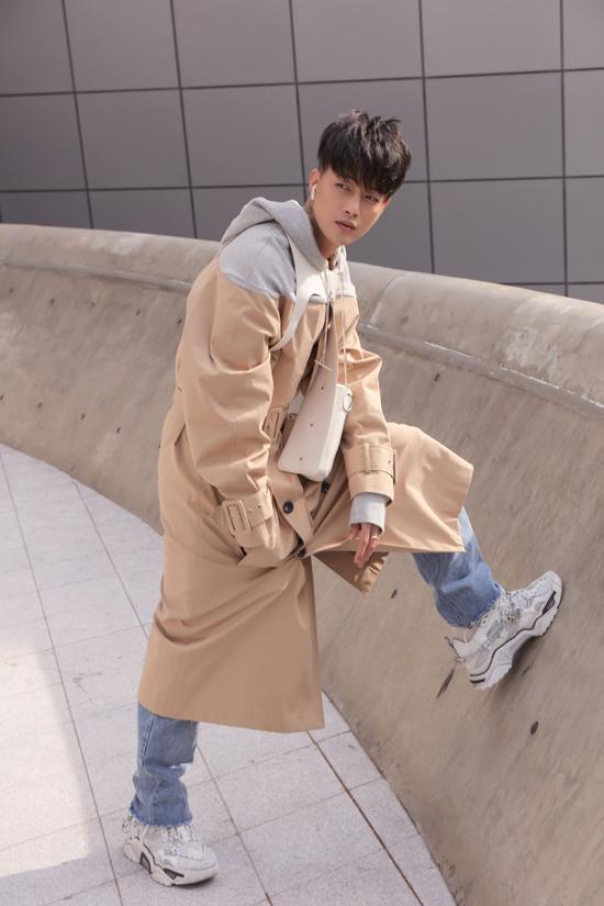 Nam ca sĩ Ti Tiđược đích thân nhà thiết kếngười Hàn - Ulkin lựa chọn cho set đồ mới nhất để tham dự show diễn tổ chức ở ngày thứ 2.