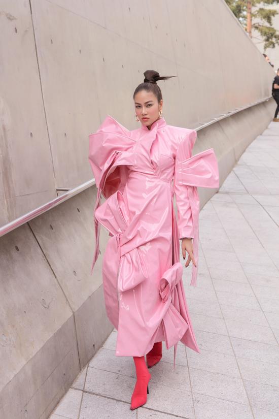 Trong ngày thứ 2 của tuần lễ thời trang, Hoa hậu Áo dài Tuyết Nga sẽ tham dự show diễn của nhà thiết kếUlkin với tư cách khách mời danh dự.