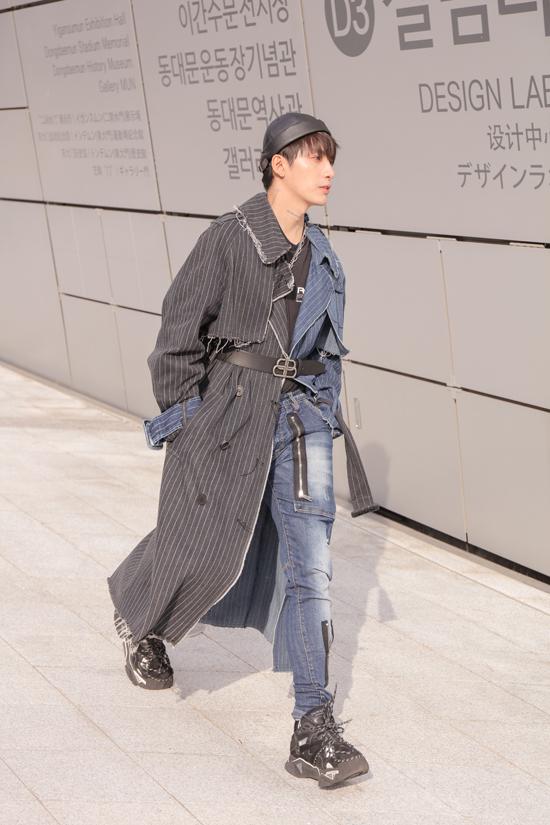Sttylist Kye diện áo choàng phá cách cùng jeans của thương hiệu đến từ Hàn Quốc.
