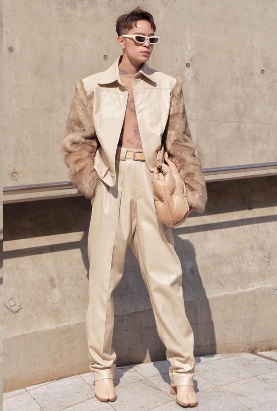 Stylist Kelbin gây ấn tượng bằng cách mix áo khoác phối lông đi cùng set đồ mà neutral thịnh hành ở mùa mốt 2018/2019.