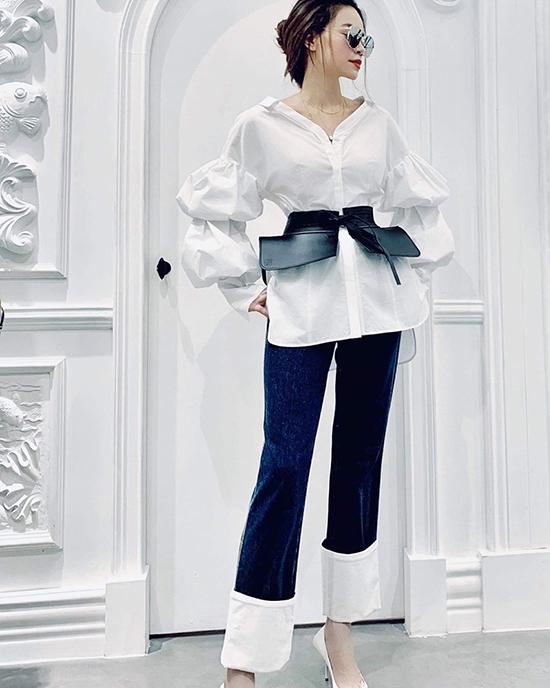 Sở hữu hình thể mảnh mai, nênHồ Ngọc Hà tự tin khoe dáng với đai lưng da cỡ khủng. Đây là mẫu phụ kiện được ưa chuộng nhất mùa thu đông 2019.