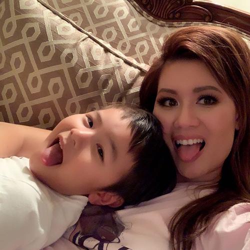 Thủy Tiên - bà xã ca sĩ Đan Trường - vui đùa bên con trai Thiên Từ.