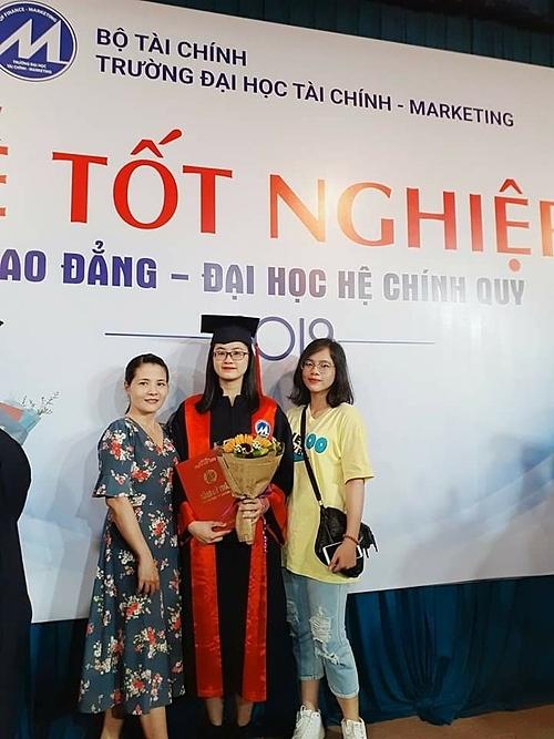 Ý Nhi cùng mẹ và chị gái trong ngày cô nhận bằng tốt nghiệp đại học.