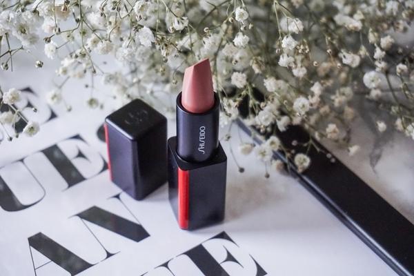 Shiseido Modernmatte Powder Lipstick Dòng son lì của Shiseido được đánh giá cao ở chất son mềm mịn, không làm khô môi và khả năng lên màu chuẩn.