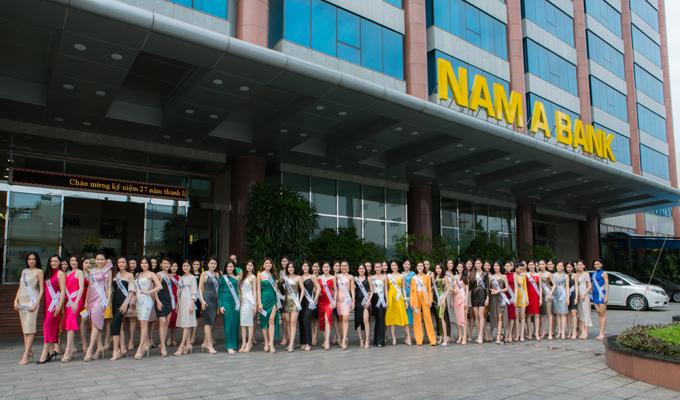 Top 60 xuất sắc HHHV Việt Nam 2019 chụp hình lưu niệm tại Hội sở Nam A Bank