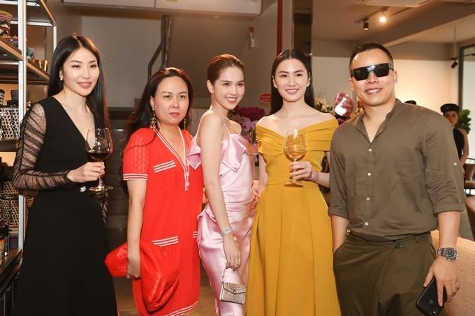 Bạn gái Quách Ngọc Ngoan mặc trang phục màu đỏ và phụ kiện cùng tone, nổi bật bên dàn chân dài của ông bầu Vũ Khắc Tiệp.