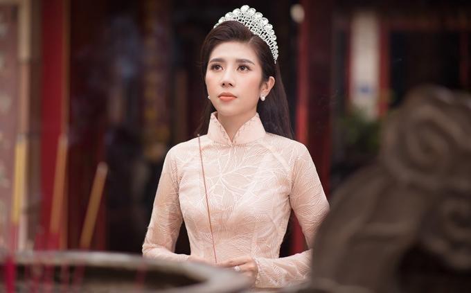 Dương Yến Nhung mặc áo dài đi lễ chùa.