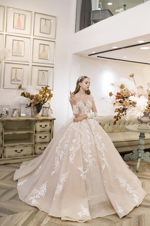 NTK giúp nàng dâu kểcâu chuyện cổ tích với các mẫu váy xòe phồng kiểu công chúa, thêu nổi hoa văn công phu.Các mẫu đầm cưới mang âm hưởng thời trang Pháp, thể hiện qua đường nét hoa văn, họa tiết được phục dựng theo hoa văn cổ trên phù điêu châu Âu.
