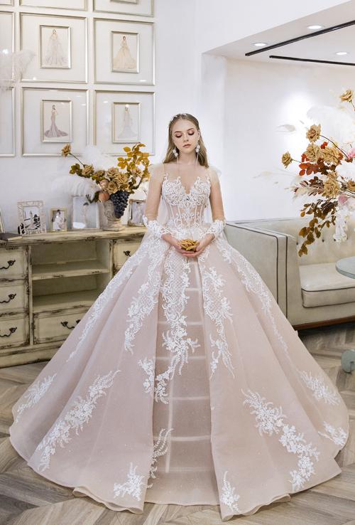 Váy cưới công chúa lãng mạn quay về phong cách cổ điển với phom dáng dựng gọng corset, phần tùng xòe rộng.