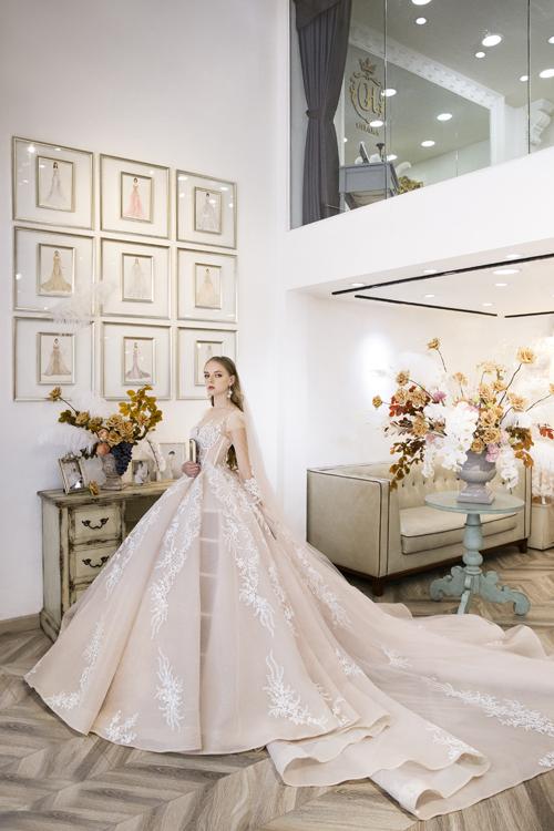 Váy có đuôi xòe rộng với họa tiết tinh tế, phù hợp với nhiều vóc dáng, tạo cho cô dâu nét quý phái, kiều diễm.