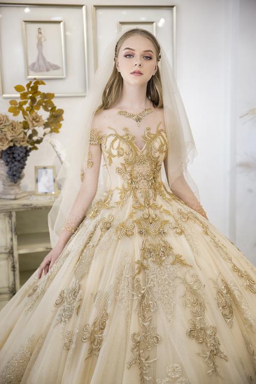 Việc phối kết hợp nhiều lớp lang giúp váy có độ xòe bồng tự nhiên, họa tiết của nhiều lớp vải tạo nên hiệu ứng ẩn hiện, nâng cao giá trị thẩm mỹ. Thiết kế cũng áp dụng xu hướng cổ illusion để tăng thêm tính hiện đại.