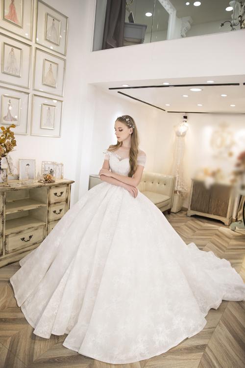 Váy cưới trắng giúp khoe khéo bờ vai thon,nhấnnét quyến rũ mê say ở phái đẹp.