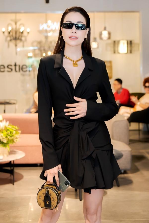 Cô diện cây đồ hàng hiệu gồm đầm Jacquemus, vòng cổ Dior, túi Louis Vuitton và giày Yves Saint Laurent, kính mắt Louis Vuitton.