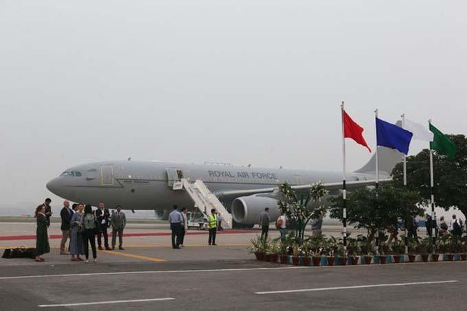 Chiếc Voyager của không quân Anh tại Lahore, Pakistan hôm 17/10. Ảnh: Reuters.