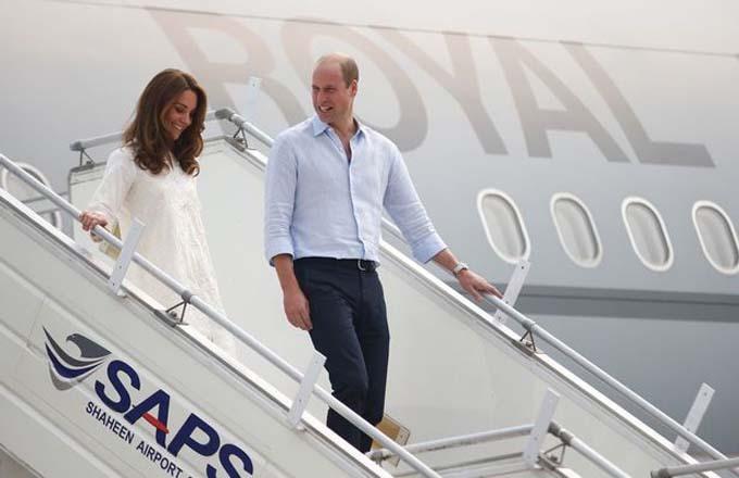 Vợ chồng William - Kate bước xuống máy bay khi hạ cánh ở thành phố Lahore. Ảnh: PA.