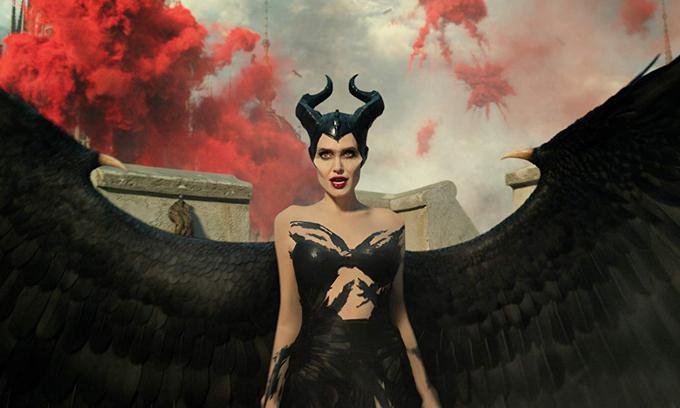 Angelina Jolie đẹp quyền lực mà vẫn quyến rũ trong vai Maleficent.
