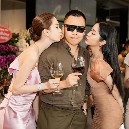 Ông bầu Vũ Khắc Tiệp cùng dàn người đẹp dự lễ khai trương cửa hàng mới của một người bạn.