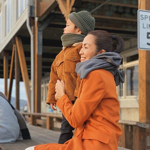 Tăng Thanh Hà và con trai Riki diện trang phục mùa đông đồng điệu trong chuyến du lịch gia đình ở San Francisco, Mỹ. Cô viết: Con trai bé nhỏ của mẹ. Đây là lần đầu tiên ngọc nữ chia sẻ ảnh cận mặt con trai.